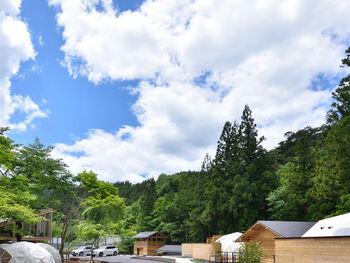 キャンプもしたいけれど温泉にも入りたい!そんなワガママを叶えてくれるのが、群馬県の「温泉グランピング シマブルー」です。