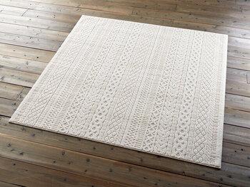 ほどよくふんわりとしたニット模様がお洒落なタフト織りラグ。日本国内で製造され、高い品質基準をクリアした純国産品で、安心してごろんと転がることができます。防ダニ機能のほか、床暖房でも使える耐熱加工で、オールシーズン使えるラグになっています。