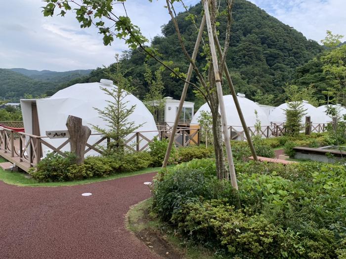 「UFUFU VILLAGE」は静岡県伊豆市にあるキャンプ場。大浴場や貸し切り風呂、ドッグランなどの設備が充実していて、大人同士から子連れのファミリーまで幅広く楽しめます。