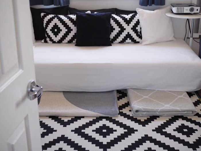 畳んでしまえば、ソファ下のようなスペースに入れておくこともできます。クローゼットに入れてしまうと出しにくかったり、見つけにくかったりしそうですが、ここならジャストサイズ!