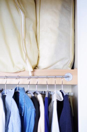同じく、風合いを損ないたくないブランケット類は、小さめの布団袋に入れて、立てて収納するのがおすすめです。寝かせた状態で重ねると雪崩を起こしやすいですが、立てておけばその心配もありません。