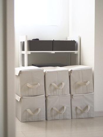 蓋付きの収納ボックスは、重ねて収納できるのもメリット。同じ大きさでいくつか揃えておくと便利です。