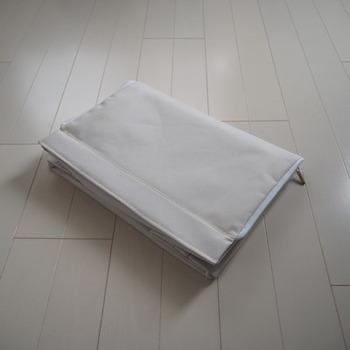 使わないときに折り畳めるタイプのボックスは、特に季節家電のような物を収納するのに適しています。必要な時に、必要な分だけ組み立てられるので、オンシーズン中は箱を畳んでコンパクトに。