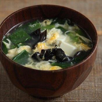 豆腐ときくらげの中華スープ。せっかくスープをいただくなら、体に優しい具材を使用したいもの。  卵を加えると、栄養価と見栄えがアップ!忙しくて手の込んだお料理を作れないとき、ほっこりと温まりたいときにおすすめのレシピです。