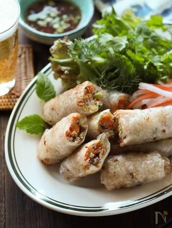 ホームパーティーにもおすすめ!ライスペーパー&ヌクナムを使ったベトナム風の春巻きレシピ。 ヌクマムがないときには、ナンプラーでも代用できます。ミント・ディルなどたくさんのハーブとパクチーを使用しており、特別感のある春巻きに仕上げています。  外はカリカリ、中はむちむちっとした食感を楽しめます。