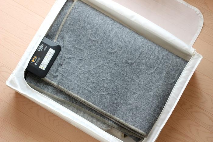 置き場所に困りがちなホットカーペットも、SKUBBに入れて収納するのがおすすめ。スイッチ部分やコードもちょうどよく収まり、立てて収納できるようになります。