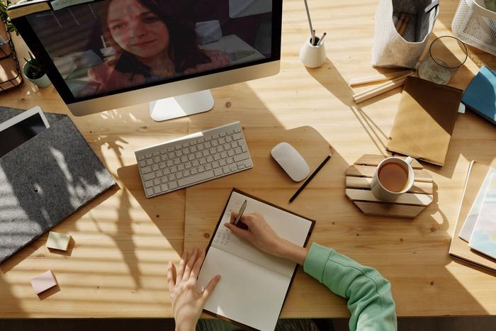 自分の興味のある分野を深堀りして、資格取得の勉強をする人も多いのでは?オンラインのセミナー・講座を利用してとことんおひとりさま時間を極めましょう。経営やマーケティング、プログラミングのほか、話し方やコミュニケーションスキルなど、さまざまなセミナ-がありますよ。