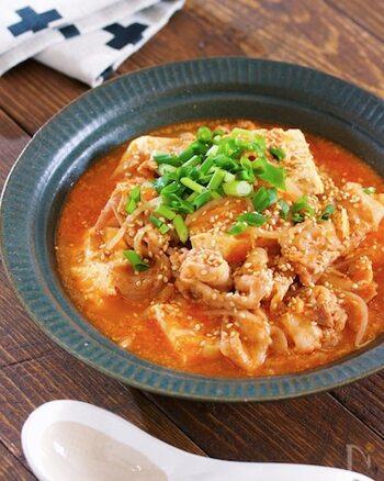 お鍋に、材料と調味料を入れて5分くらい煮るだけの簡単レシピ。もやしと豚バラ肉だけのスープでも十分美味しいものの、豆腐を加えるとボリュームたっぷりに仕上がるのがメリットです。  コチュジャンを使用することで、体がぽかぽかと温まるピリ辛スープのできあがり♪