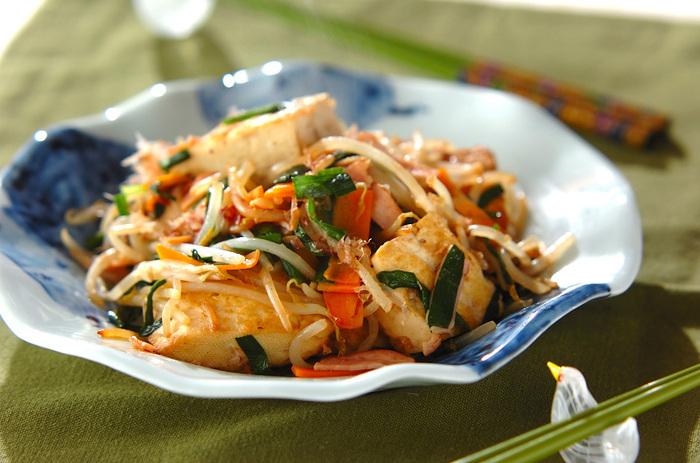 節約料理としてもおすすめ!身近な食材・調味料だけで作れる簡単レシピ。ごま油・かつお節を使用することで、ごはんがたくさんすすむ風味豊かな炒め物に仕上げています。 冷蔵庫に余った野菜の残り物一掃レシピとしても重宝しそうです。