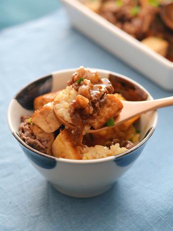 少し濃いめに作った牛豆腐をごはんにのっけた絶品レシピ。豆腐を加えると、牛肉と玉ねぎで作る通常の牛丼よりも、ごはんが少量でも満腹感を得やすいのがメリットです。 卵を加えると、さらに贅沢感がアップ。紅ショウガを添えると、もっと美味しくいただけそうです。
