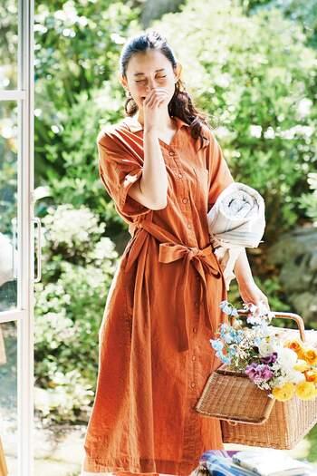 襟が特徴のサファリシャツワンピースは、きちんと感を演出してくれます。きれい色でウエストリボンのものを選ぶと上品さがUP!デニムパンツなどとも相性良しです◎