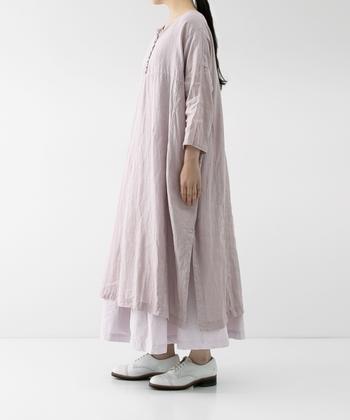 たっぷりとしたシルエットのワンピースも、裾広がりのパンツや、ふわっとしたロングスカートと合わせたコーデ。1枚で着るのも素敵ですが、重ねることでニュアンスのある仕上がりに。