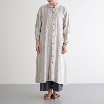 ストンとしたシャツワンピースにも、ワイドパンツはお似合い。足元は、サンダルなどで軽やかに見せるのがポイントです。