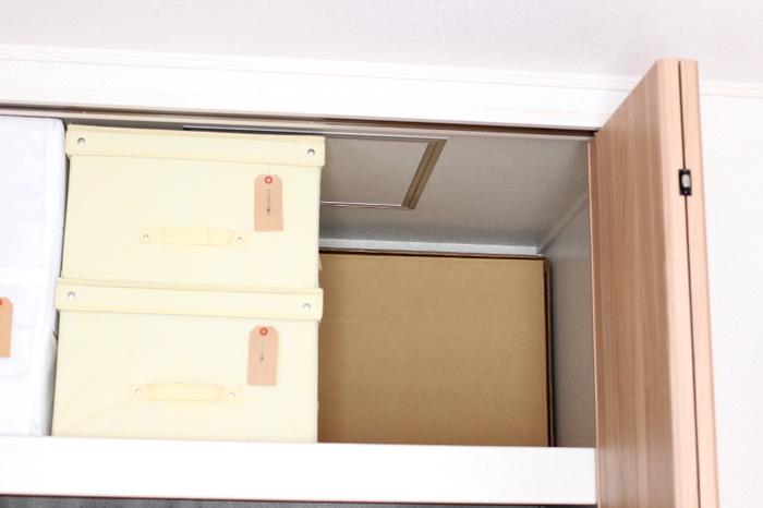 台は専用の箱に入れて、人形や小物が入っている箱の奥に。何でもひとつにまとめるのではなく、分けることでスペースを上手に使えるようになります。収納場所はなるべく近くにしておきましょう。