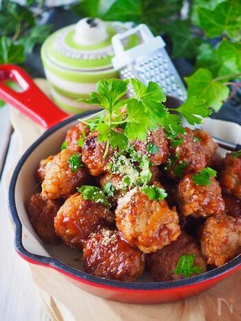 お弁当用の作り置きとしてもおすすめ!ふわっとした豆腐とシャキッと甘い玉ねぎのハーモニーを楽しめます。  人気のミートボールに、さり気なく豆腐の良質なたんぱく質をプラスできるのが◎ 時間がある日に作り置きしておくと、忙しい日の夕食やもう一品おかずがほしいときに重宝します。