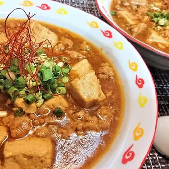豆腐を使った料理といえば、マスターしておきたいのが麻婆豆腐。基本の作り方をマスターしておくと、豆板醤の量で味わいをガラリと変えるなど自己流にアレンジできます。  メインディッシュとしていただくだけでなく、ごはんにかけて麻婆丼にしたり、麺類にのせたりと、献立のバリエーションが広がるのも嬉しいポイントです。