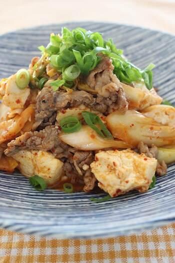 ごはんのおともとしてはもちろん、お酒にもぴったりマッチする炒め物のレシピ。ジューシーな牛肉・ピリ辛のキムチに、あっさりとした豆腐を加えることで、こってりしすぎずバランスがいいメインディッシュに。 キムチの味が効いているため、味付けは簡単でOK!