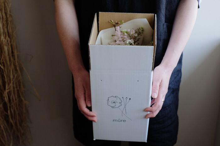 滋賀を拠点とし、京都や大阪など関西圏で季節の生花やドライフラワーなどを使用したポップアップショップや、ワークショップを開催している「mûre fleuriste」が手掛ける「お花の定期便」。