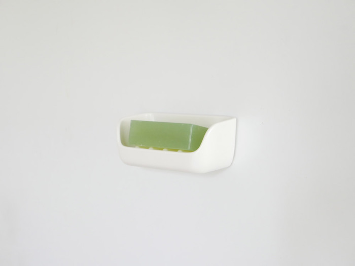 どんなバスルームや洗面所にもマッチする、シンプルなデザインのソープディッシュ。マグネットで壁に付けられるので水切れがよく、掃除もしやすいです。