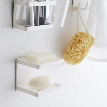 二段構造になったソープディッシュは、洗顔用とボディ用など、分けて使うことができ便利です。壁にピタッとマグネット式で付けることができ、置き場所にも困りません。