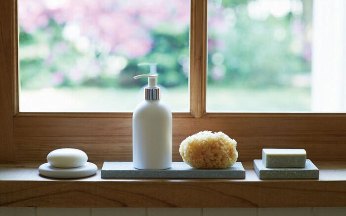 珪藻土で水はけをよくしたソープディッシュ。濡れている状態での保管を避けられるので、水に溶けやすい純石鹸を無駄にすることなく使うことができますよ。