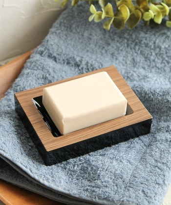 使いかけの石鹸を置いても、清潔な印象をもたらしてくれる木目デザインは、ナチュラルな雰囲気も◎傷みやすい木材ではなく、AS樹脂素材なので掃除も手軽です。