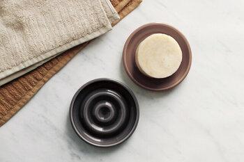 波紋のような凹凸がついた丸皿タイプのソープディッシュ。凹凸があることで、水切れがよく、溶け出した石鹸もくっつきにくいデザインになっています。
