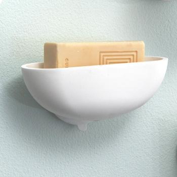 ラバー素材で、石鹸をやさしく包むような優しいシルエット。石鹸を縦に収納することで壁から飛び出さず、スリムに収納することができます。底の栓が外せるので、水はけがよく石鹸がヌルヌルすることもありません。