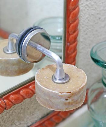 ギザギザになった金具部分に石鹸を直接差し込み、ぬめり汚れを解消することができるリピーター続出の人気アイテム。掃除もラクになる優れものです。