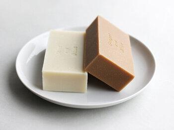シアバターや天然オイルを原料に、合成物質を一切含まず、石鹸分(石鹸素地)が98%以上の純石鹸で、一般的に高級石鹸として販売されています。肌に優しく、なめらかで柔らかな使い心地が特徴です。水切れのいいソープディッシュを選んで無駄なく使いましょう。