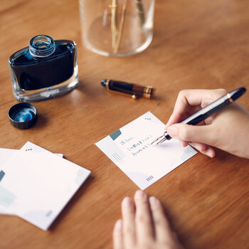 おしゃれにデコレーションしたいけど、イラストを書くのが苦手…という方は、付箋やタグを使うのも◎。大事なポイントや一言メモなどを書いて貼るだけで、メリハリのあるデザインに仕上がる上、視認性も確保できます。