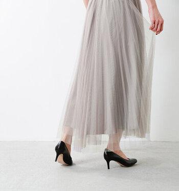 ふわっと空気を含んだようなエアリー感が美しいチュールスカート。チュールレース2枚に裏地を付けた3重仕立て。動くたびにチュールが揺れてフェミニンな雰囲気にぴったりですね。長めの丈感で上品さもあります。今すぐお出かけしたくなる装い♪