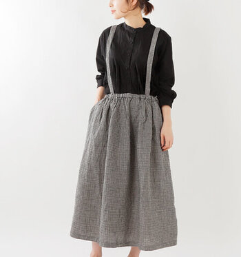 リネン100%のサスペンダースカートは、シワ感が良い雰囲気のナチュラルな風合い。ふんわりと程よいボリューム感が可愛らしいですね。サスペンダーは取り外し可能で、気分で変えられるのが嬉しいポイント。飽きのこないベーシックなデザインで履きやすそう♪