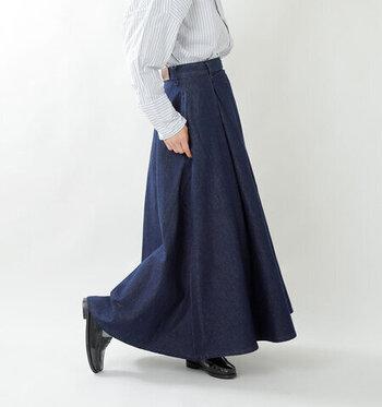 歩くたびに揺らめくLeeのデニムマキシスカート。腰高のAラインがお腹周りをすっきりとさせて、スタイルアップ&脚長効果も☆ラフな着こなしから女性らしいコーデまで、幅広いカジュアルスタイルが可能なスカート。人とは一味違うおしゃれを楽しめそう。