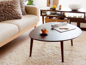 正統派とはちょっぴり違ったかたちのテーブルをお探しの方にお薦めしたいのが、こちらの「conty(コンティー)」。  円形ですがゆるやかに三角のフォルムを描く、おむすびのようなかたちが可愛らしいこちらのちゃぶ台。ダークな色合いでちょっとレトロな雰囲気。お部屋の中でさりげないアクセントになってくれそうです。