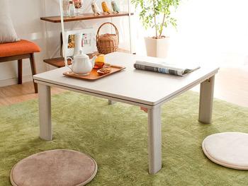 真っ白な天板の、可愛いテーブル。薄く木目が入っていて、ナチュラルインテリアと相性ぴったり。  実は薄型のヒーターが付いていて、こたつテーブルとしても使えるんですよ♪