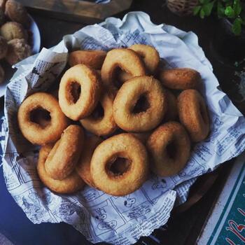 サクサクふわっ食感の昭和ドーナツ。生地に甘みがあるため、グラニュー糖などを振りかけなくても十分おいしく食べられます。生地を混ぜる工程やドーナツを丸くくり抜く作業をお子さんと楽しんで作ってみてくださいね。揚げる時は、小さいお子さんがいる場合、油ハネしないように気をつけましょう。