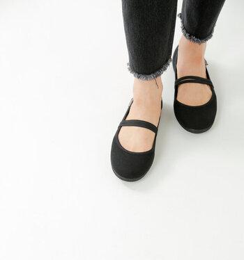 「VICTORIA(ビクトリア)」は、イギリス発のシューズブランド。手作業で作られる靴たちは、高品質でしっくりと足になじむ優しい履き心地。オーガニックコットンを使った、ゴムストラップシューズは形もかわいいだけじゃなく、軽くて履きやすさを兼ね備えた一足。ストラップで、脱げにくく足をしっかりとホールドしてくれます。ソックスとの相性もいいので、いろいろなコーデを楽しめますよ。