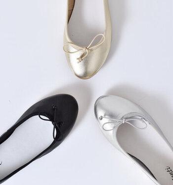 「LISA CONTI(リサコンテ)」はフランス発のブランドです。高級感をコンセプトに作られるシューズは、上品なデザインやカラーが揃っています。使用しているレザーは、柔らかくしなやかなナッパレザー。足に馴染みやすく、負担なく履くことができますよ。定番の形ですが、素材やディティールにこだわった大人かわいい一足です。