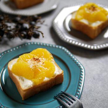 食パンに果物をのせてトーストすれば、より甘味を引き出すことができます。クリームチーズに甘夏、上に散らしたココナッツが夏らしく爽やか。色々な組み合わせを試すのも楽しそうです。