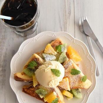 実は冷やしても美味しいフレンチトースト。アイスやフルーツをのせれば、カフェのような贅沢な朝食の出来上がりです。