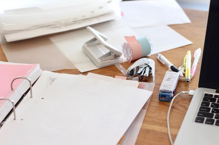ダイエット記録が、途中からコスメの情報収集になっていたりと、美容ノートを続けていると、途中から違う情報を書き足したくなることも。自分が分かりやすいならアリですが、後から見返すときに不便です。リングノートなら、ページの入れ替えは自由。さまざまな情報を、美容ノート1冊に書き記したい場合は、リングノートを作りましょう。
