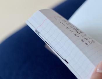 中綴じのノートに、さまざまな情報を蓄積したいなら、インデックスをつけるのがおすすめです。ページを割り振ることで、どこに何の情報を書いたか分かりやすくなります。インデックスシールの活用も◎。