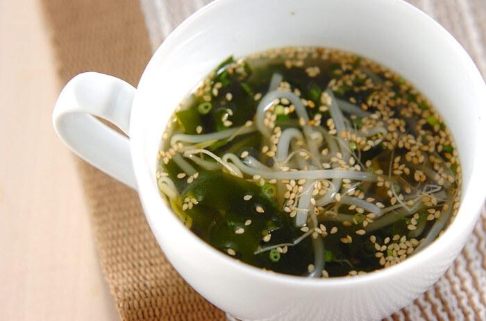 もやしは、和え物や炒め物だけでなくスープとの相性もぴったり!もやしとわかめのスープは、冷蔵庫にある食材でササッと汁物を作りたいときに重宝します。 もやしのシャキッとした食感、生食用わかめのコリッとした味わいを楽しめる簡単レシピです。