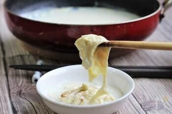 実は湯葉は、わざわざはスーパーなどで購入しなくても、無調整豆乳さえあれば誰でも簡単におうちで手作りすることが可能です。無調整豆乳をフライパンやホットプレートで沸騰しないように温め、表面にできた膜をすくい上げるだけなのですよ♪とても簡単に15分程度で完成します。