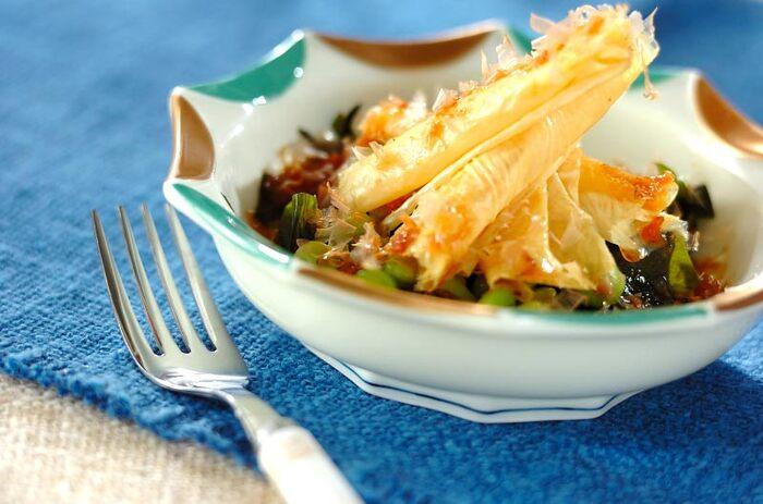 揚げ湯葉を使ったサラダのご紹介です。わかめと枝豆をふんだんに使用しており、枝豆のプリッとした食感と揚げ湯葉のサクサクとした食感がクセになる、シンプルだけどおしゃれなおすすめサラダ。