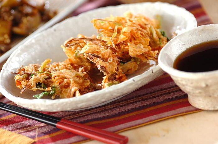 湯葉、玉ネギ、ミツバ、干し桜エビのかき揚げはいかがですか?見るからに豪華なレシピですね。天つゆでさっぱりとお召し上がりください。サクサクした食感がクセになる贅沢な一品です。