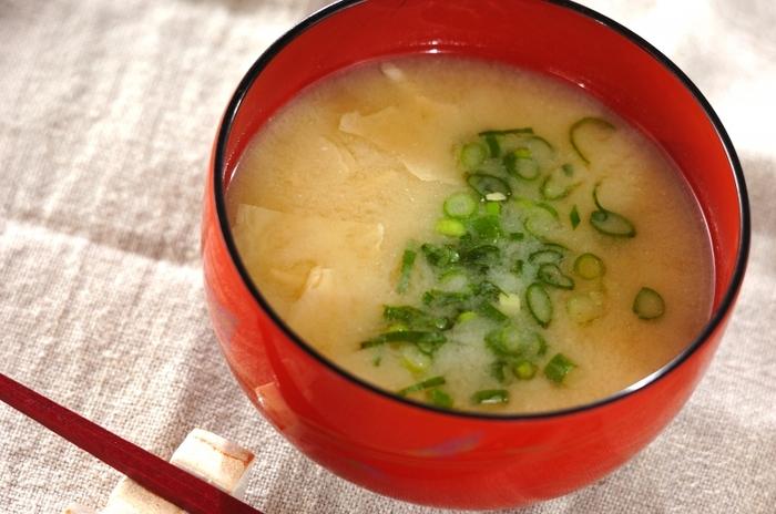 湯葉そのものは、どんな味噌にも出汁にも相性相が合うので、白味噌と一緒にいただくのもおすすめです。練り辛子を少々加えれば、コクの深い味わいに仕上がります。ピリッとする辛子の効果で体も温まりますので冷え性の方にもおすすめです。