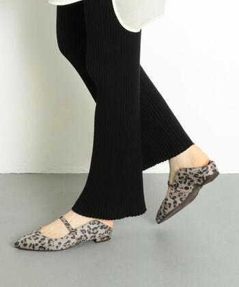 「Odette e Odile(オデット エ オディール)」のフラットシューズは、かかとを踏んで、スリッポンのように履くことのできる2wayデザイン。細めのストラップの効果で、かかとを踏んでもラフになりすぎない上品な印象に。気分やコーデに合わせて、履き方を変えてみるのはいかがでしょうか。