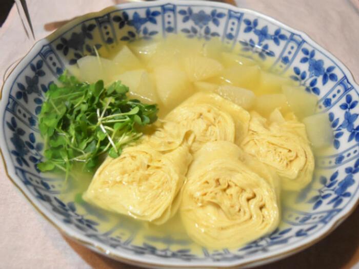 生湯葉、大根、かいわれ大根の優しいレシピ。出汁の味がしっかり染み込んだ、どこか懐かしいようなまろやかな味わいです。小鉢にしても、大皿レシピとして献立のメインにしてもOKです。